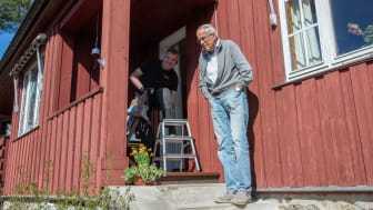 Richard Borgaard fra Nekas (til venstre) har sørget for at varmepumpen hos Ivar Jonsbu er i toppform.