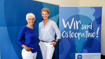 VOD-Vorsitzende Prof. Marina Fuhrmann (l.) freut sich, Hochsprung-Olympiasiegerin Heike Henkel als Osteopathie-Botschafterin gewonnen zu haben. Foto: VOD
