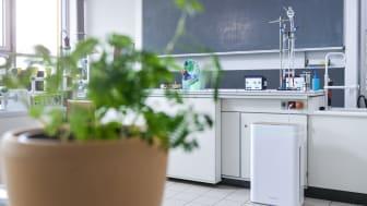Kompakt und formschön: Der AiroDoctor®-Luftreiniger mit Photokatalyse-Technologie entfernt gefahrlos Viren und Bakterien aus der Luft