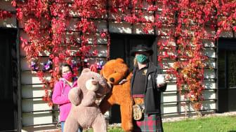 Lutz Kuhne übergibt die Spendendose an Kerstin Stadler vor dem Kinderhospiz Bärenherz