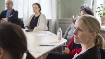 Äldrecentrums utredare Åsa von Berens (i fokus) har identifierat fyra viktiga områden för att utbildningssatsningar ska lyckas. Foto: Mai Engström
