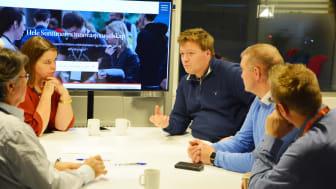 Johan Giskeødegård (midt i bildet) sier Tafjord EnergiArena har gitt bedriften hans mange ideer, noe som har ført til at de har kunnet gjennomføre energibesparende tilpasninger i bedriften.
