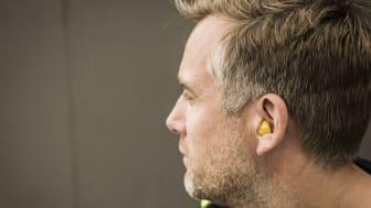 Rätt istoppad ger hörselproppar ett bra skydd. De ska inte synas om man tittar på dig framifrån.