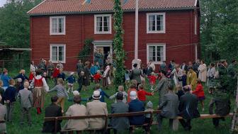 Dans kring midsommarstången i Småland, 1965. Foto: Studio Gullers, ©Nordiska museet.