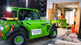 – Vi har fått en hel del jobb på att maskinen tar sig in på trånga ställen, som i parkeringsgarage exempelvis, säger Douglas Åkerblom.