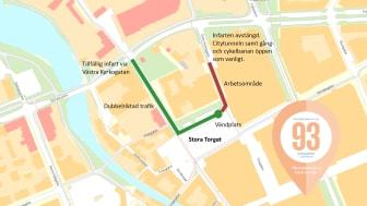 Kartan över området visar ungefärlig sträckning av arbetsområde (röd markering). Infart för att komma fram till torget sker vid Västra Kyrkogatan (grön markering). Parkering finns framför Stadshotellet.