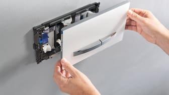 DuoFresh-hajunpoistomoduuli asennetaan huuhtelupainikkeen taakse.