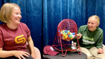 Studentlivlosene Marte og Ingrid snurrer bingohjulet