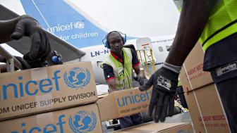 Ett flygplan från Norwegian fylls med livräddande förnödenheter. Årets flyg går till Tchad. Foto: © UNICEF