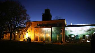 Videokunstner Sven Påhlsson projiserer kunstfilm på Vigelandmuseets fasade i høst. (Foto: Unni Irmelin Kvam / Vigelandmuseet)