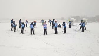 Fjärdeklassare testar längdåkning på Gärdet i Stockholm.