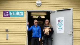 Maria Eberhardsson och Sandra Eriksson vid en av Mimers miljöbodar.