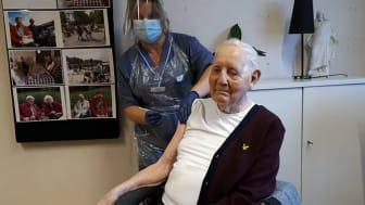 Erik Eriksson, 93, som bor på Ängsgården i Norrtälje var först på Tiohundras äldreboenden att vaccineras. Angelica Rodensjö, sjuksköterska, gav honom den första dosen.