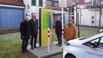 Freuen sich über die neue Stromtankstelle: Bürgermeister Herbert Jakob (2. v. l.) und Herbert Reth (r.) von der Marktgemeinde sowie Bayernwerk-Kommunalbetreuer Günter Jira (l.) und Uwe Thomas (2. v. r.) vom Bayernwerk-Kundencenter Marktheidenfeld.