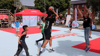 BonnierHoops 2021 invigs på Svarte Mosse i Biskopsgården den 23 juni och håller öppet till 13 augusti. Aktivitetssatsningen utgår ifrån den ovanliga mixen mellan idrott och kultur.