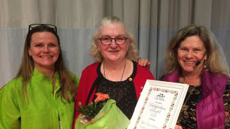 Ulla Holmström tilldelas utmärkelsen Trädgårdens eldsjäl 2018.