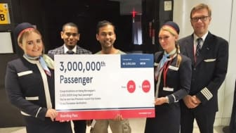 Norwegian's 3,000,000th Long-Haul Passenger, Naresh Airody (centre), with Members of the JFK-LGW Crew