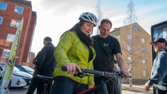Maria Hannerfors provar en fatbike med el. Fotograf: Jim Sandstén, Sandstén media.