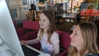 Telavox utvecklare, Sandra Olsson, coachar förhoppningsvis sin framtida kollega Thea.
