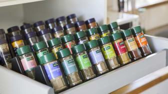 Kryddstället passar perfekt i kökslådor av svensk skåpsstandard.