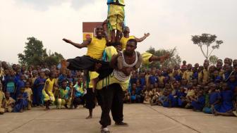 Gisenyi Acrobats från Rwanda uppträder under GöteborgsVarvet