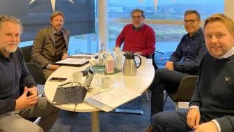 Bild från vänster; Lars Rosell (VD, Vilokan AB), Anders Carlsson (mäklare, Varberg & Falkenbergs Fastighetsbyrå AB), Sven Liljegren (ordförande, Svenbo), Fredrik Wahlberg (VD, Svenbo) och Christian Lundell (VD, Arom-dekor Kemi AB).