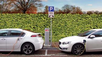 Kommunala satsningar på fler laddstolpar leder till ett ökat antal elbilar.