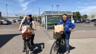 Neil och Åsa är på väg med matkassar till MKB:s seniorer.