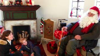 Tomtefar på besök i tomteverkstaden, som håller till i Jaktpaviljongen varje advent fram till den 18 december.