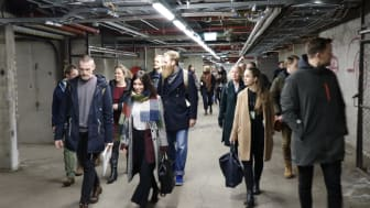 Deltakerne får omvisning i garasjen i Sofienberggata 7. Foto: Boligbygg