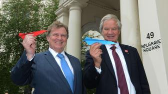 Bjorn Kjos, CEO de Norwegian, y Carlos Sersale di Cerisano,  embajador ante el Reino Unido, esta mañana en la residencia de éste último en Londres.