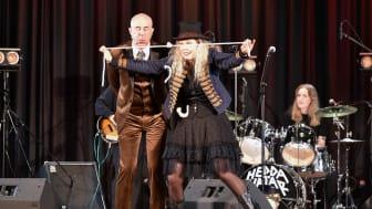 Mark Levengood och magikern Malin underhåller tillsammans med husbandet Hedda Hatar.