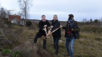 Spadtaget tas av Egnahemsbolagets vd Mikael Dolietis, projektledare Thomas Ratell och Alexander som köpt en av de åtta bostadsrättslägenheterna