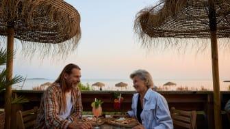 I Halland kan du njuta av sensommaren på någon av de härliga strandrestaurangerna. Foto Solkatt Studios.