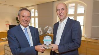Günther Zehner, Leiter Private Banking, und Vorstandsmitglied Stefan Hattenkofer freuen sich über die Auszeichnung.