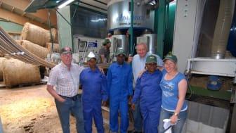 """""""Mr Energy"""" lär befolkning i Afrika göra briketter av risskal och gräs"""