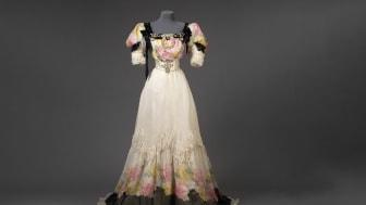 Klänning sydd år 1906 hos Henric Ahlbergs syateljé. Till klänningen bars guldskor och gula strumpor. Foto: Kristin Lidell