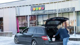 Fargerikes kunder velger ofte klikk og hent. Enkelt å bestille varer.