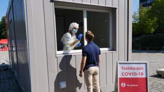 Fredag 14.08. var det mange studenter som testet seg. Det tas penselprøve fra  nese og hals.