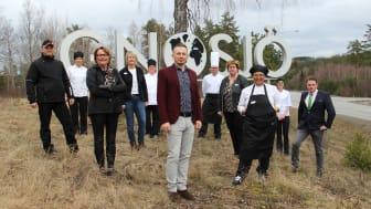 """Några av alla i Gnosjö som arbetar efter """"gröna tråden"""": politiker, lärare, rektor, förvaltningschef, bonde och kockar. I mitten kostchefen Eldin M Salihovic. Foto: Gnosjö kommun"""