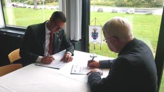 Jonas Bergman, kommunstyrelsens ordförande i Halmstads kommun och Jan Petersen, borgmästare i Norddjurs kommun, undertecknar en avsiktsförklaring om samarbete.