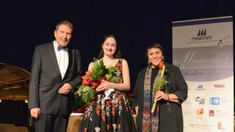 Glückliche Gewinnerin 2018: Ekaterina Chayka-Rubinstein (Mitte) mit Wettbewerbsleiter Rainer Wulff und Jurymitglied Prof. Birgitt Fassbaender.