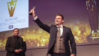 -Bastian Lublinsky (Lublinsky Stahl- und Metallbau, Brühl) hat 2019 in der Kategorie Türen, Tore, Zäune mit einer fast unsichtbaren Fassadentür in einem Stellwerkhäuschen der Kölner Verkehrsbetriebe gewonnen.