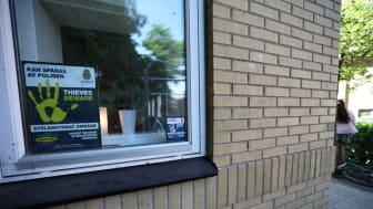 På skolornas fönster sätts större klistermärken upp som visar att skolans utrustning är DNA-märkt.