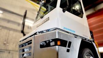 Helsingborgs Hamns eldrivna nytillskott i maskinparken går under smeknamnet Elinor. Nu väntar utbildning för hamnens personal innan dragbilen kan rulla i produktionen.