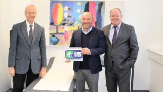 BPW Werksarzt Dr. med. Dr. Gunnar Heymer (l.) behandelt jetzt auch Lkw-Fahrer, die unterwegs erkranken. Gemeinsam mit dem DocStop-Vorsitzenden Joachim Fehrenkötter (m.) und Ralf Merkelbach von BPW wurde der neue DocStop Standort eröffnet.