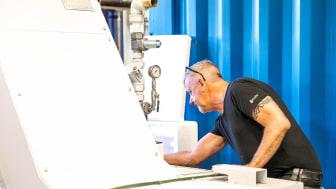 Servicetekniker Richard Haag renoverar en transportör i Mercatus verkstad.