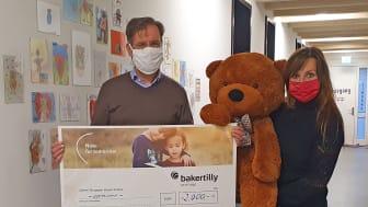 Mario Hesse von der Baker Tilly Stiftung übergab an Mona Meister die Spende für das Kinderhospiz Bärenherz