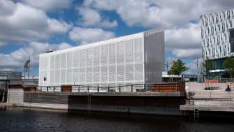 Cykelparkeringshuset ligger på kajen mot Säveån och har plats för 600 cyklar i tre våningar. Bild: Göteborgs Stad