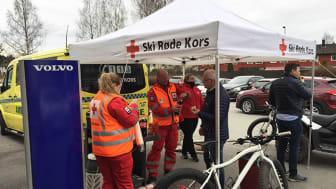 Ski Røde Kors stilte med stand der de serverte mat og drikke, og fortalte de fremmøtte om deres viktige arbeid.